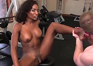 Black tranny anal pumps coxcomb at gym